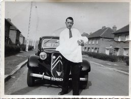 Photo D'un Homme Portant Un Petit Bébé Devant Une Belle Voiture ( Une Traction Avant De Chez Citroën ) - Auto's