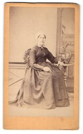 Photo L. De Baldiwia, Tours, Portrait De Alte Dame Avec Haube U. Kreuzkette An Einem Tisch Sitzend - Personnes Anonymes