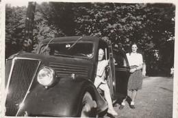 Automobile : Couple Avec Une Automobile à Définir : ( Format : 8,5cm X 6cm ) - Auto's
