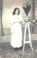 CPA Carte Photo Mademoiselle JULYA Dans Sa Robe Blanche Posant Dans Un Faux Décor Studio Le Mardi 14 Octobre 1912 - MODE - Cartes Postales