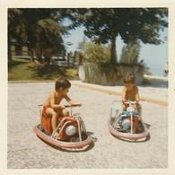 Karting  : Les Enfants Aux Karting : évian - 1971 : - Photo Polaroid - ( Format : 9cm X 9cm ) - Auto's
