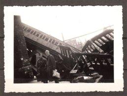 Indication Au Verso : Alost (Belgique) 2 Soldats Belges Sur Déstructions De Gare +wagons Après Bombardements - Guerre, Militaire