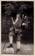 PHOTOMONTAGE : SURRÉALISME / SURREALISM : CHASSEUR Et CHIEN [ FACTICE / DUMMY ! ] - PHOTO De FÊTE FORAINE ~ 1930 (aa791) - Fantaisies
