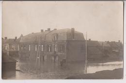 CARTE PHOTO DE BRUAY EN ARTOIS (62) ?  : LES INONDATIONS DE 1910 ? - ANGLE RUE NOYELLE - PLACE MARMOTTAN - 2 SCANS - - Autres Communes