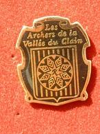 PIN'S TIR A L'ARC - LES ARCHERS DE LA VALLEE DU CLAIN - Tir à L'Arc