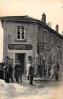 LE BESSAT GROUPE DE SKIEURS A L'ENTREE DE L'HOTEL J. RAVEL 42 LOIRE - Unclassified
