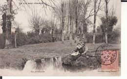 CPA LA VIE AUX CHAMPS -- En Permission -- Couple Au Bord De L'eau En 1904 - Agriculture