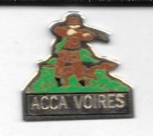 Pin's  Ville, Chasse  A.C.C.A  VOIRES  ( 25 ) Avec  Chasseur  Et  Animal  Chien - Associations