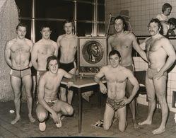 GENT   == +- 1973  FOTO 13 X 10 CM  -  WATERPOLOPLOEG GHENT SWIMMING CLUB WON SCHAAL DE VREESE - Sint-Niklaas