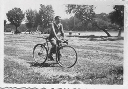Snapshot MEN HOMMES Young Man In Bike Bicycle Vélo Bicyclette Photo Petit Format 1940' Gay Int - Ciclismo