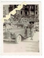 Foto Met Oude Auto En Dame - Cars
