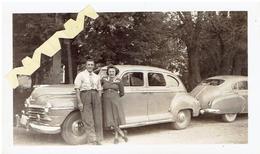 Foto Met 2 Oude Auto,s En Vrouw En Man - Automobili