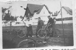 Snapshot MEN HOMMES Young Men In Bike Bicycle Vélo Bicyclette Photo Petit Format 50' Gay Int - Ciclismo