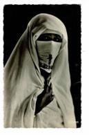 Scènes Et Types - 95.001.50 - Mystère (Femme Voilée, Main De Fatma Sur Broderie)  - Circulé, Sans Date - Afrique