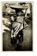 2049 - Scènes - La Fillette Au Plateau (fillette Portant Un Plateau Tréssé Sur La Tête & Un Enfant Dans Le Dos) Pas Circ - Afrique
