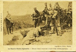 12557 - Japon - La Guerre Russo - Japonaise. : BLESSE RUSSE RECEVANT A BOIRE D'UN SOLDAT JAPONAIS - Otros