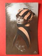 1922 - ART DECO - JONG MEISJE MET MOOIE MUTS - Mode