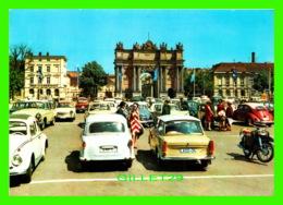 POTSDAM, GERMANY - BRANDENBURGER TOR - LA POSTE DE BRANDEBOURG, ANIMÉE DE VOITURES - - Potsdam