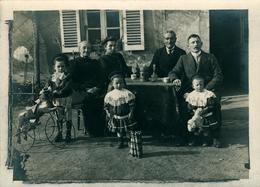 COLMAR  Photo De Famille Avec Enfants Et Jouets (carte Coupée à La Taille De La Photo) - Colmar