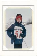 Ancienne Photo Dans Sa Pochette D'un Garçon Au Ski , Skieur Dossard Pub Pepsi Cola N° 57 - Personnes Anonymes