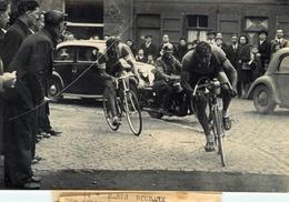 """Course Cycliste """" Paris - Roubaix 1946 """" - Coureurs CLAES Et GAUTHIER - Thème Cyclisme Vélo - Photo Ancienne - Cyclisme"""