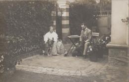 Photographie - Carte-Photo - Couple Chez Eux Avec Leur Chiens - Jardin Villa Terrasse - Fotografía