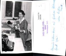 600186,Foto Ak Schreibmaschine Stenotypist Ing. Karl Logar Graz Frau Liest Radio Öste - Ansichtskarten