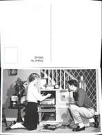 600166,Foto Ak Paar Plattenspieler Radio Wecker - Ansichtskarten