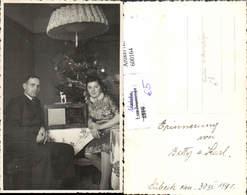 600164,Foto Ak Paar V. Christbaum Radio Volksempfänger Weihnachten Interieur - Ansichtskarten