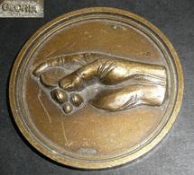 Rare Médaille Métal Doré Par GLORIA Main Et Pièce (pile Ou Face) - Professionnels / De Société