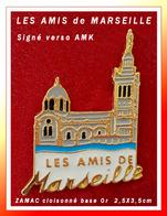 SUPER PIN'S ASSOCIATION-VILLE : LES AMIS De MARSEILLE, Notre Dame De La Garde, Signé AMK 2,5X3,5cm Zamac Cloisonné - Cities