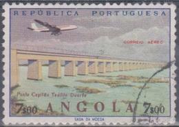 Angola 1965 Flugpostausgabe: Flugzeug über Bauten. Mi 521 7,00 E. Gestempelt - Angola