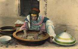 SCENES ET TYPES  Femme Arabe Preparant Le Couscous  Colorisée RV - Algérie