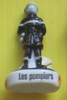 Fève - Les Pompiers 2009 - Pompier  Les Mains Derrière Le Dos - Personnages