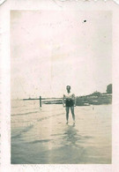 Snapshot MEN HOMMES Young Man S Nude Nu In Swimsuit By Beach Plage - Photo Petit Format 1940' Gay Int - Personas Anónimos