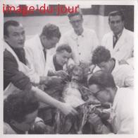 Photo Ancienne école étudiants Médecine Médecins Dissection D'un Corps Humain  ( Post Mortem ) Mort - Personnes Anonymes