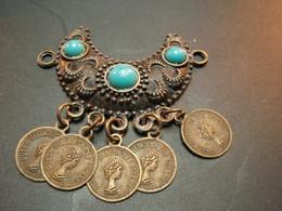 Petit Pendentif En Forme De Croissant Avec Médailles Reine Elisabeth - Pendentifs