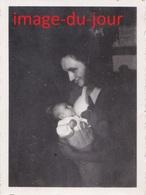 Photo Ancienne  FEMME DONNANT LE SEIN A SON BEBE ALLAITANT ALLAITTEMENT - Personnes Anonymes