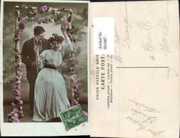 601087,Paar Liebe Verliebter Blick Auf Schaukel Blumen - Paare