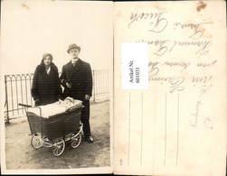 601031,Foto Ak Familie Portrait Kind Kleinkind I. Kinderwagen Mode Pelzkragen - Ansichtskarten