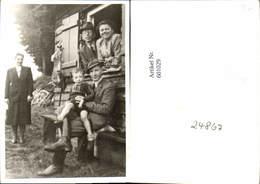 601029,Foto Männer Frauen U. Kind V. Hütte Jagd Hase Hängt A. Fenster - Ansichtskarten