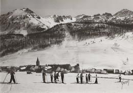 MONTGENEVRE (05). Le Village Et Les Champs De Neige. Skieurs à L'arrêt. (Carte Yvon) - Winter Sports