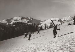 MONTGENEVRE (05). Skieurs Montant à La Cabane Du Soleil (Carte Yvon) - Winter Sports