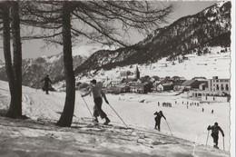 MONTGENEVRE (05). Les Champs De Neige Et Le Village. Skieurs (Carte Yvon) - Winter Sports