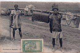 CPA, Tananarive, Porteurs De Bagages, Timbre Madagascar Et Dépendances, Oblitération Bleu 1909 - Madagascar