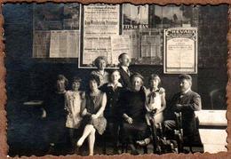 Petite Photo Originale Famille Posant Sous Un Mur D'Affiches, Grottes De Han, Chevaux, Exposition Internationnale, ... - Personnes Anonymes