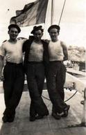 Petite Photo Originale 3 Jeunes Matelots Sur Un Pont De Bateau En Bois Vers 1930/40 - Drapeau Tricolore Et Pompon - Personnes Anonymes