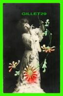 FLEURS JEUNE FEMME AVEC FLEURS EMBOSSÉE - - Fleurs