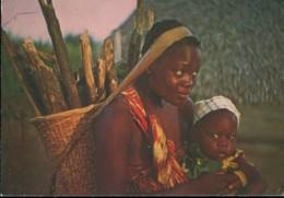Images Du Gabon : Femme Rentrant De Sa Plantation - Gabun