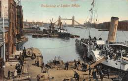10140 - Royaume Uni - Embarking At London Bridge - Royaume-Uni